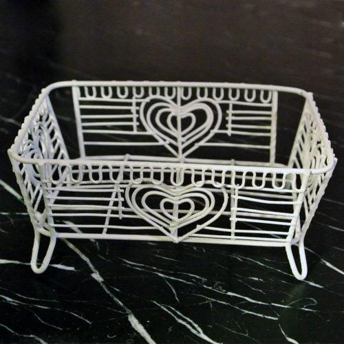 Tvålkopp i vackert trådarbete, tillverkad i metall.Mått 13x10x5,5 cm.